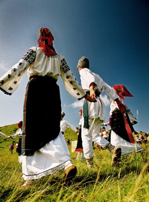 Romanians dancing in traditional clothes. Photo by Sorin Onisor